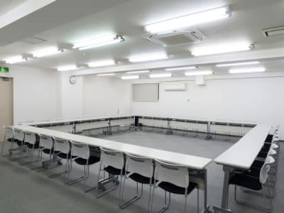 ロの字形式36名 - レンタルスペース  パズル浅草橋 セミナールーム・貸し会議室3Bの室内の写真