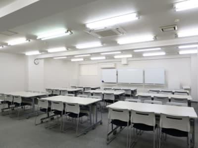 島型形式54名 - レンタルスペース  パズル浅草橋 セミナールーム・貸し会議室3Bの室内の写真