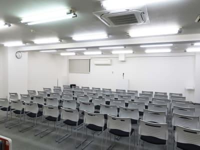 椅子のみ形式70名 - レンタルスペース  パズル浅草橋 セミナールーム・貸し会議室3Bの室内の写真