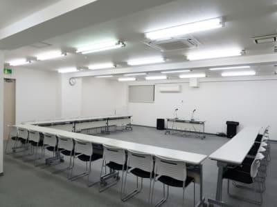 コの字形式27名+2名 - レンタルスペース  パズル浅草橋 セミナールーム・貸し会議室3Bの室内の写真