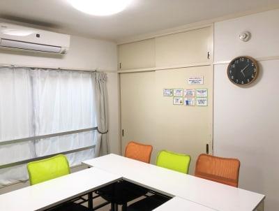 エアコン2台、壁時計、上着や荷物の収納場所もあります。 - 貸会議室アクア大宮東口 12畳貸し切り 203号室の室内の写真