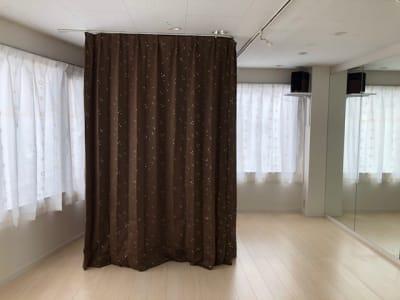 着替えの際はカーテンを引いてご利用ください - レンタルスタジオPiatto ダンスが出来るレンタルスタジオの設備の写真