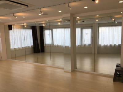 高さ210cmの大きな鏡を壁一面に貼り付けています - レンタルスタジオPiatto ダンスが出来るレンタルスタジオの設備の写真