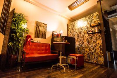アジアンテイストなフロント待合室 -  ixs・priority レンタルエステサロンの室内の写真