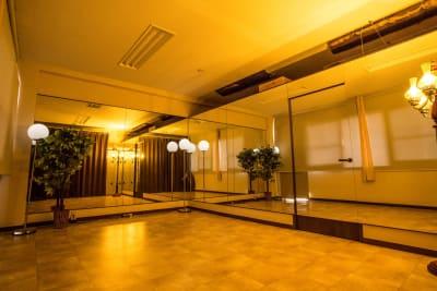 3面鏡張りのヨガスタジオ -  ixs・priority レンタルエステサロンの室内の写真