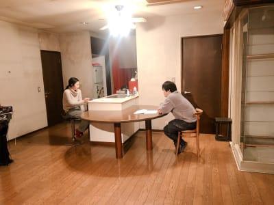 大きなテーブルやキッチンがあります。 - アトリエ5-25-6 レンタルアートスペースの室内の写真