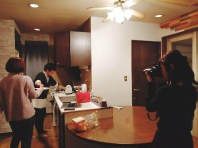 民家のリビングになるので、キッチン等の利用も可能です。(IHヒーター、鍋、フライパン用意アリ) - アトリエ5-25-6 レンタルアートスペースの設備の写真
