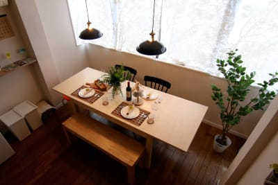伸縮式のテーブル。椅子x2脚、スツールx3脚、ベンチx1台。その他スツールを増や - 【GHON】便利な立地の戸建貸切 戸建て貸切 #201の室内の写真