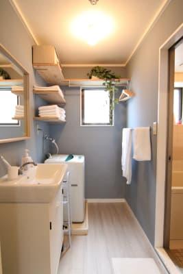 綺麗な洗面所。奥にはバスルームがあります。 - 【GHON】便利な立地の戸建貸切 戸建て貸切 #201の室内の写真