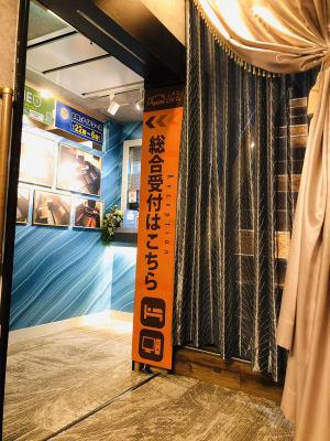 階段を上がると受付フロントです! - LAS CAFE リモート向き【全室完全個室】の室内の写真