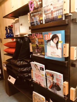雑誌や漫画、お部屋に持ち込めるクッションや毛布もありますよ♬ - LAS CAFE リモート向き【全室完全個室】の室内の写真