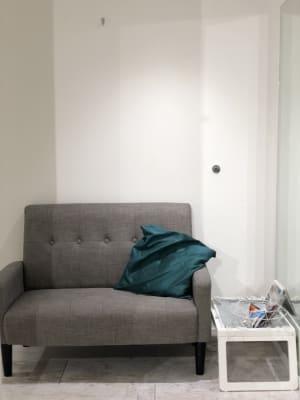 小さなソファがあります。 - greatFULLdays  多目的スペース、レンタルスタジオの設備の写真