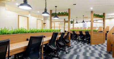 広々としたオープンスペースです。勉強やデスクワークに最適な環境です。 - ビステーション新橋 コワーキングスペースドロップインの室内の写真
