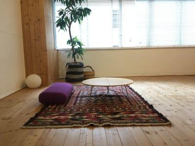 無線Wifi完備。ちゃぶ台がありますので、読書、テレワーク、など一人で過ごしたい - 【東銀座】ハスヨガ 無垢床ヨガスタジオ|ヨガマット有の室内の写真