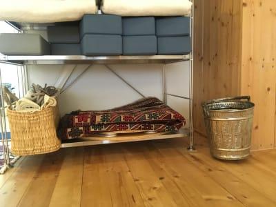 ちゃぶ台は棚の下にあります。ご利用後は元の位置にお戻しくださいませ。 - 【東銀座】ハスヨガ 無垢床ヨガスタジオ|ヨガマット有の室内の写真