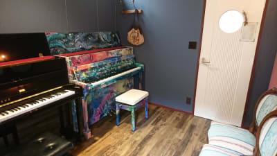 【大津市石山】アンネの音楽教室 2台のピアノ 練習室の室内の写真