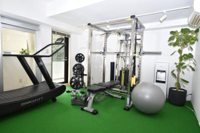筋トレもランニングも可能です。 - レンタルスペース「LIF」 トレーニングスペースの室内の写真