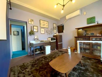 個室はキッチン完備なシアタールーム - リビングanimo 2部屋ある多目的スペースの室内の写真