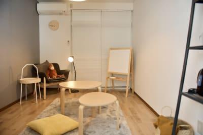 サイズ違いのテーブルが二つありますので、お好みに合わせて使い分け可能です。 - mamespaceの室内の写真