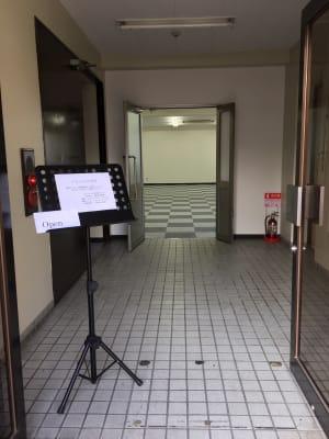 フマニタスビルレンタルスペース 4階・多目的会議室フロアの入口の写真