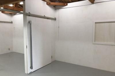 扉は開放しておりますが、必要に応じてフロアを区切ってのご利用も可能です。 - アトリエSubaru ギャラリーフロア(多目的な用途)の室内の写真