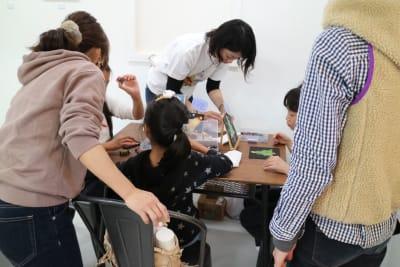 机を使ってワークショップなども開催できます。 - アトリエSubaru ギャラリーフロア(多目的な用途)の室内の写真