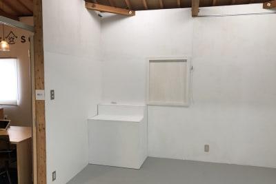 ちょこっとした展示台が備え付けられています。 - アトリエSubaru ギャラリーフロア(多目的な用途)の室内の写真