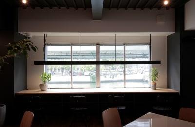 大川の景色が一望できるカウンター席。 - ScribbleOsakaLab 貸しオフィス・スタジオの室内の写真
