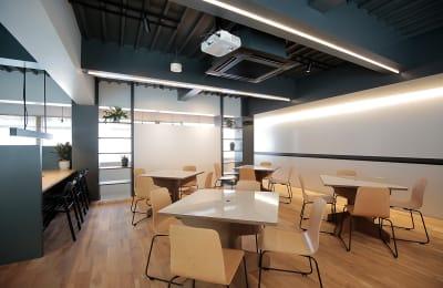 一面にホワイトボードを配置。5〜15名ほどが使えるスペース。 - ScribbleOsakaLab 貸しオフィス・スタジオの室内の写真
