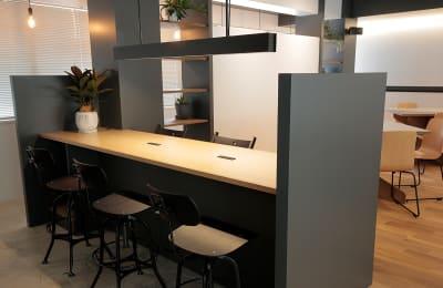 6名規模の打合せテーブル。 - ScribbleOsakaLab 貸しオフィス・スタジオの室内の写真