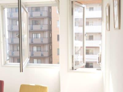 大きな窓、小さな窓、どちらも開閉可能です。 - <フルーツ会議室 横浜> 多目的スペースの室内の写真