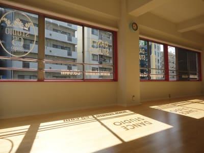 朝陽の当たるスタジオ - STUDIO C5 駅近ダンススタジオの室内の写真