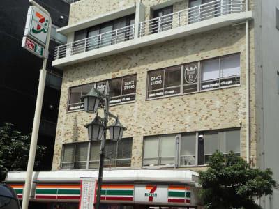 セブンイレブンさんの3階(エレベーター無し) - STUDIO C5 駅近ダンススタジオの外観の写真