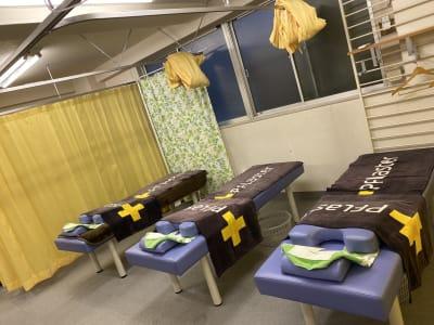 台東すこやか整骨院 治療室、トレーニングスペースの室内の写真