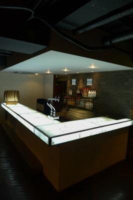 光る大きなバーカウンター - パセラリゾーツ新宿本店 ガムランボール新宿本店の室内の写真