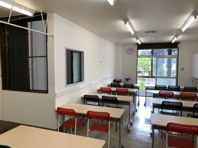 全部で3か所窓があります - お気軽会議室金沢安江町103号室 レンタル多目的スペースの室内の写真