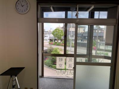 大きな窓を開けて空気の入れ替えができます - お気軽会議室金沢安江町103号室 レンタル多目的スペースの室内の写真