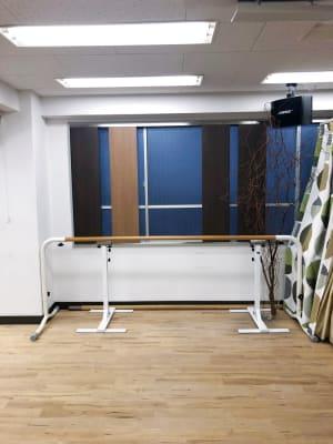バレエバーレッスン用のバーがあります - イイスタジオ レンタルスタジオ(3階)の設備の写真