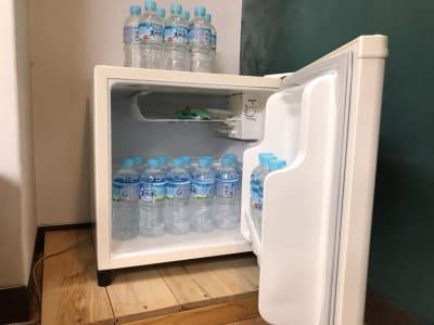 冷蔵庫がありますので、飲み物を冷やしておけます(水はありません) - イイスタジオ レンタルスタジオ(3階)の設備の写真