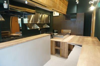 バタフライ式の可動テーブル(2台) - イイキッチン レンタルキッチン(路面店舗)の設備の写真
