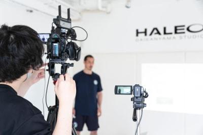明るく白い壁の空間で、動画や写真の撮影にもおすすめです。 - HALEO代官山スタジオの室内の写真