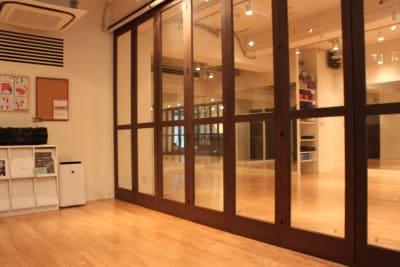 開閉式のパーテーションが設置されているので待合室と分けることも可能です。 - ダンススタジオANGELO★ レンタルスタジオの室内の写真