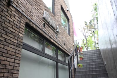 スタジオは自由が丘のお洒落なビルの半地下にございます。 - ダンススタジオANGELO★ レンタルスタジオの室内の写真
