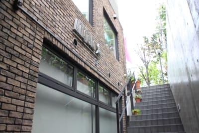 スタジオは自由が丘のお洒落なビルの半地下にございます。 - ダンススタジオANGELO★ レンタルスタジオの外観の写真