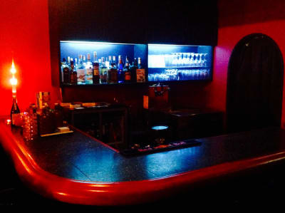バーカウンター - BAR Chuto 広々カラオケBARを様々な用途での室内の写真
