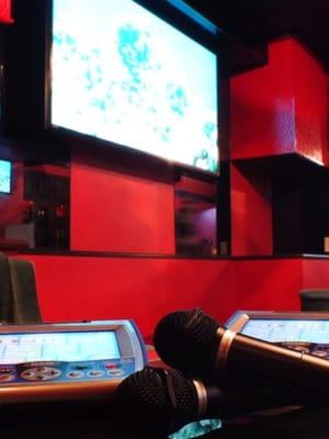 64インチの大画面モニターで高音質なカラオケをお楽しみいただけます - BAR Chuto 広々カラオケBARを様々な用途での設備の写真