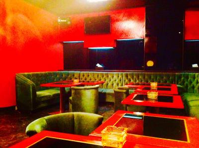 ゆったりソファー席 - BAR Chuto 広々カラオケBARを様々な用途での室内の写真