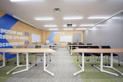 会場内はパーティションで2分割可能。半室ごとにレイアウトを変化させることも可能です。 設営例:スクール形式 - 新橋ワークショップ会場 多目的スペース ROOM A+Bの室内の写真
