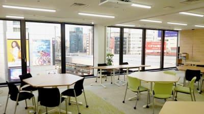 大型窓で採光性抜群です - 新橋ワークショップ会場 多目的スペース ROOM A+Bの室内の写真