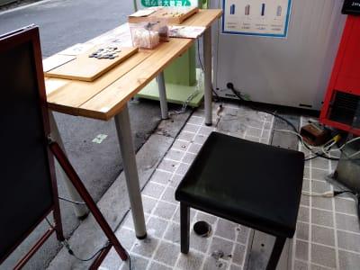 テーブルや椅子、コンセント等の店舗設備の貸出も可能です。冬場はヒーター等も。 - 大京クラブ【レンタルスペース】 【 軒先スペース 】の設備の写真